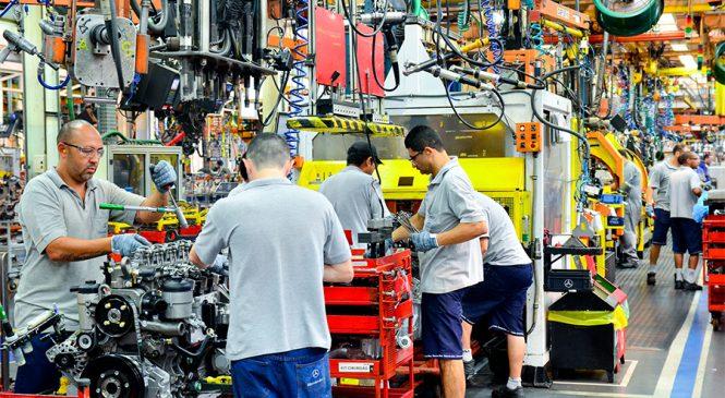 Mercedes-Benz promove o desenvolvimento profissional de colaboradores da área produtiva