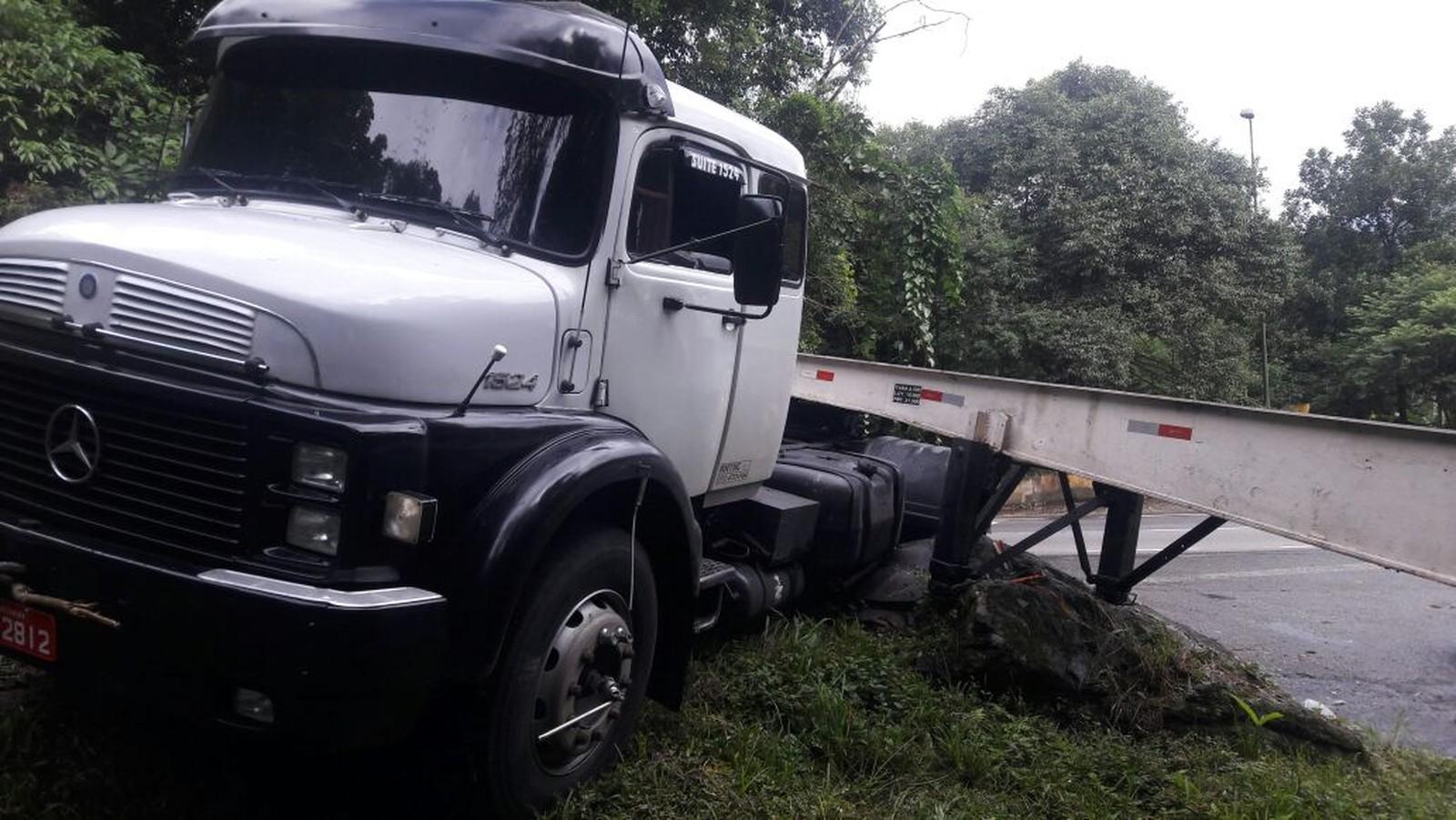 Caminhoneiro relata tensão ao tentar controlar veículo sem freio em rodovia