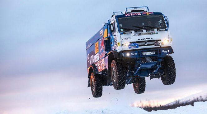 Caminhão com 1.000 cv de potência salta no gelo a 140 km/h