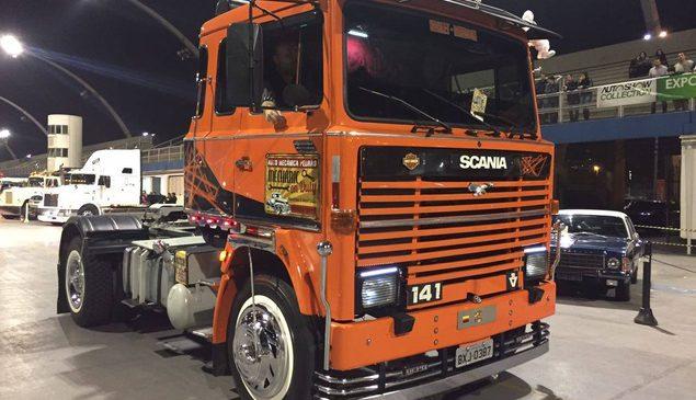 Veja como foi a Noite dos caminhões e ônibus antigos