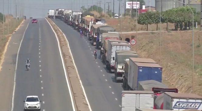 Trechos de BRs são bloqueados por caminhoneiros contrários ao aumento do combustível em MT