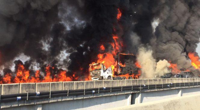 Acidente com 36 veículos provoca incêndio e mortes no trecho de Jacareí