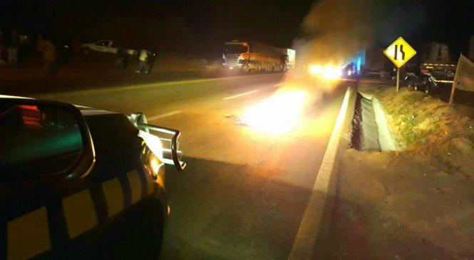 Caminhoneiros fazem protesto contra aumento de impostos sobre combustíveis
