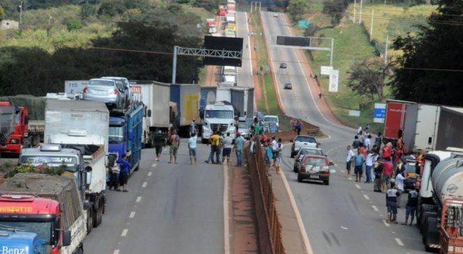 Protestos de caminhoneiros bloqueiam duas estradas em MG
