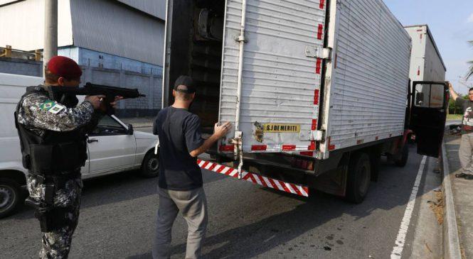 Caminhoneiros vivem rotina de tensão com aumento de roubo de cargas