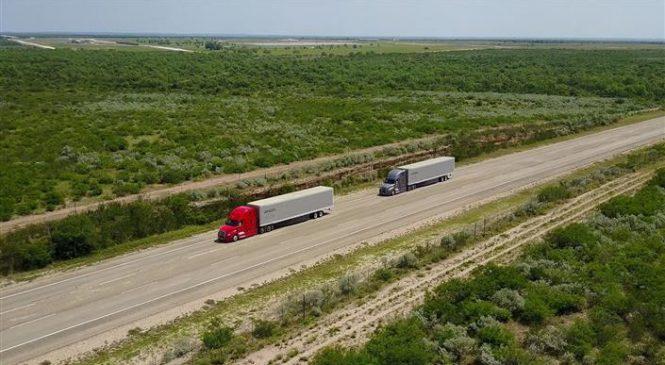 Daimler avança com os testes de comboio de caminhões