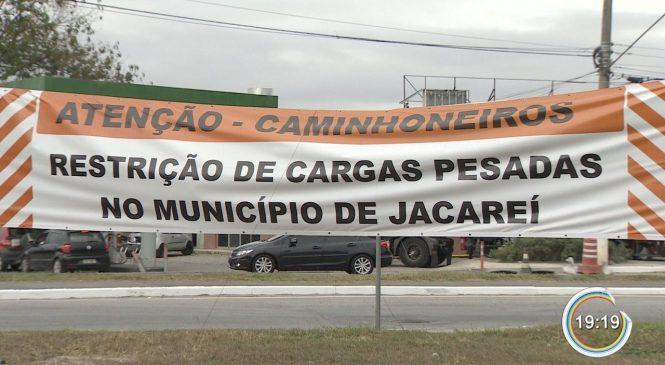 Jacareí vai multar caminhoneiros em rota proibida a partir de novembro