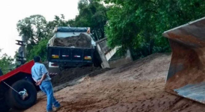 Caminhoneiros se arriscam em ponte para desviar de praça de pesagem em Pouso Alegre, MG