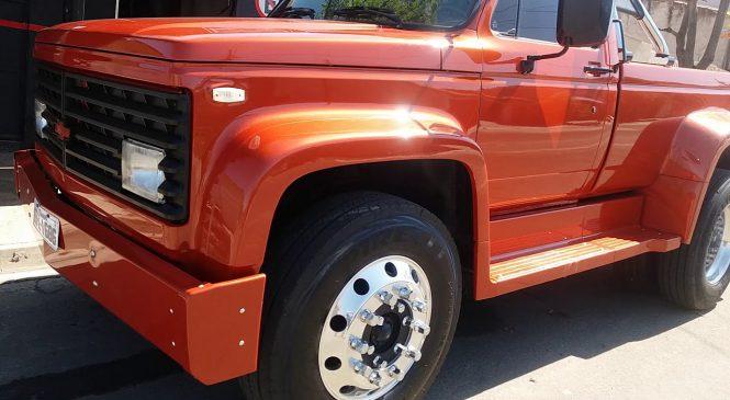 Projeto único: Caminhão Chevrolet D12000 é transformado em picape (com motor Mercedes) e faz sucesso
