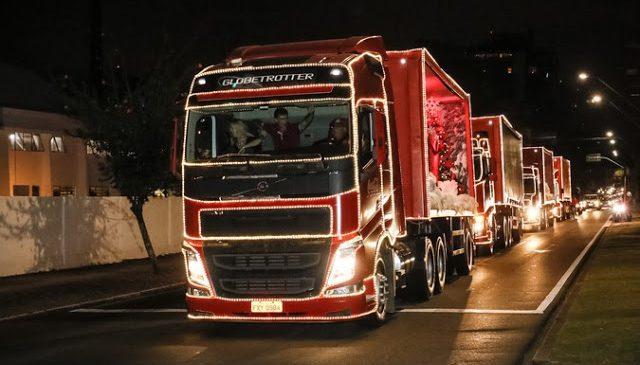 Caravana de caminhões Volvo ilumina o Natal