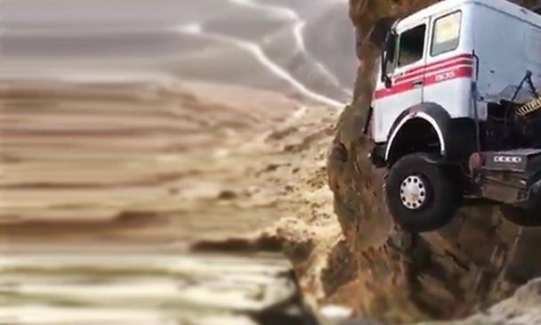 Flagra: Em acidente inacreditável, caminhão fica pendurado à beira de imenso penhasco