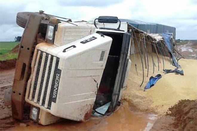 Caminhão tombado