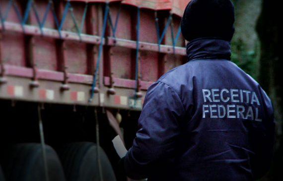 Caminhões ficam apreendidos por mais de 20 dias nas aduanas brasileiras devido à greve da Receita Federal. Situação é muito grave e preocupante.