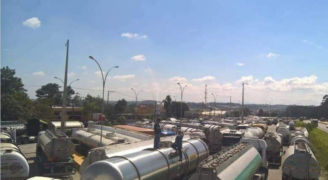 Caminhoneiros liberam entrada de refinaria e acaba o risco de desabastecimento