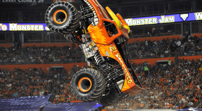 Monster Jam realiza primeiro espetáculo no Brasil com manobras de caminhões