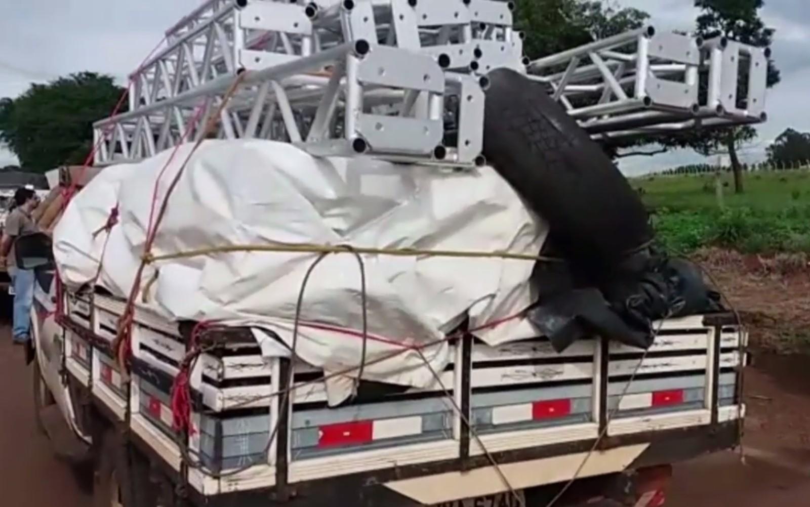 Polícia multa caminhoneiros que transportam cargas amarradas por cordas