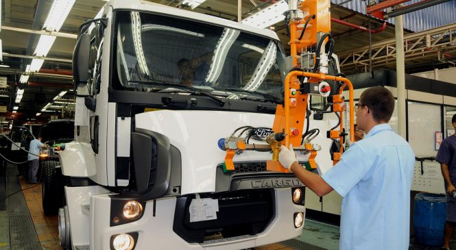Venda de caminhões deve saltar até 30% no Brasil em 2018, segundo projeções