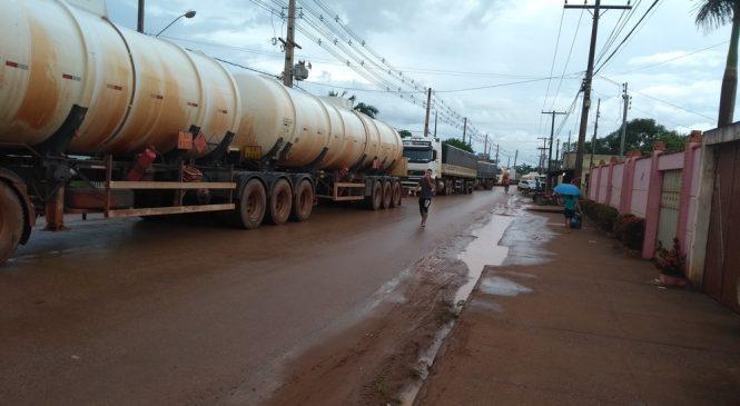 Manifestantes fecham estrada para protestar contra preço da gasolina em Porto Velho