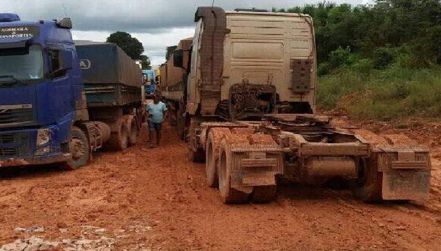 Chuva e obras atrapalham o trafego de caminhões na BR-163 no Pará