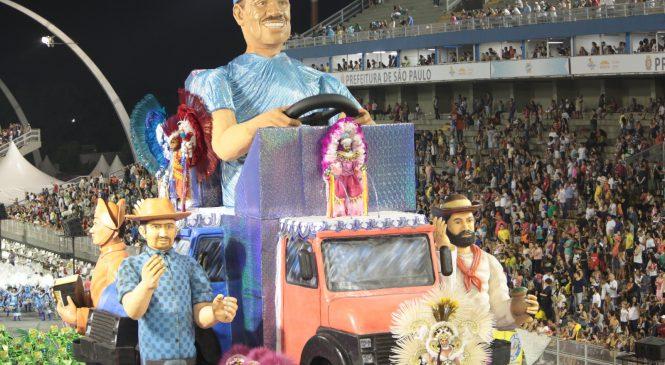 Enredo sobre caminhoneiros se destaca na primeira noite de desfiles no carnaval de São Paulo
