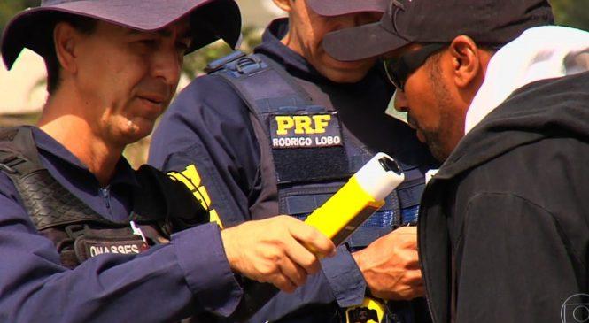 PRF usa novo bafômetro para agilizar identificação de motoristas embriagados, em Goiás