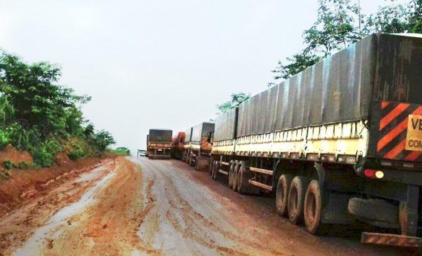 Caminhoneiros de Mato Grosso começam a ficar sem água e alimentação em trecho com atoleiros na BR-163 no Pará