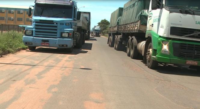 Caminhoneiros ainda desafiam fiscalização em avenida