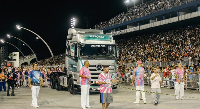 Mercedes-Benz participa de homenagem aos caminhoneiros no Carnaval de São Paulo