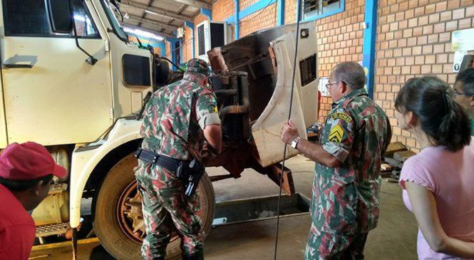 Policiais ambientais levantam cabine de caminhão para resgatar jiboia de 2 metros em MS