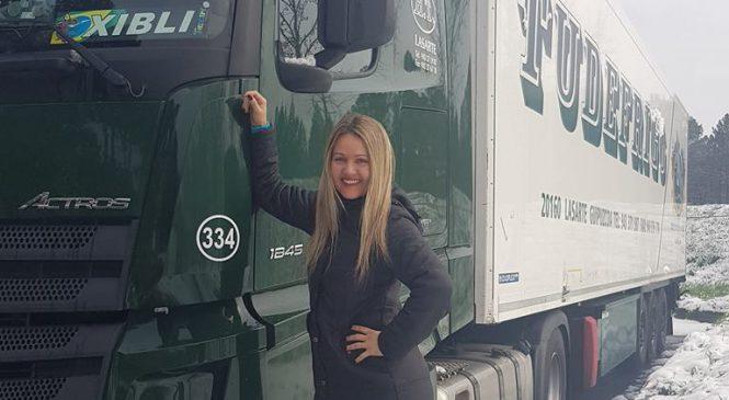 Caminhoneira brasileira que trabalha na Europa encontrou imigrantes escondidos no veículo