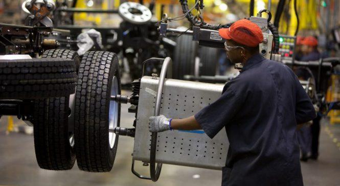 Fábricas de caminhões em ritmo acelerado