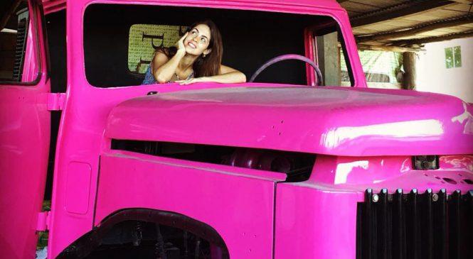 """Anailê, dona de um caminhão """"Jacaré"""" de 1973"""