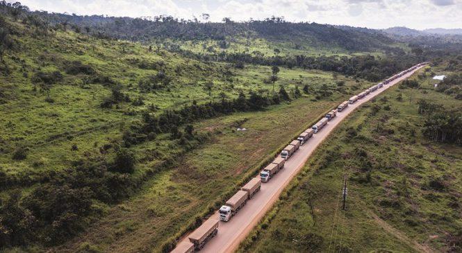 Chuvas e maior fluxo de caminhões travam a BR-163 no Pará