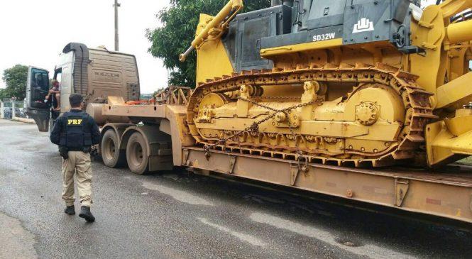 Caminhão é flagrado carregando tratores com 35 toneladas de excesso de peso