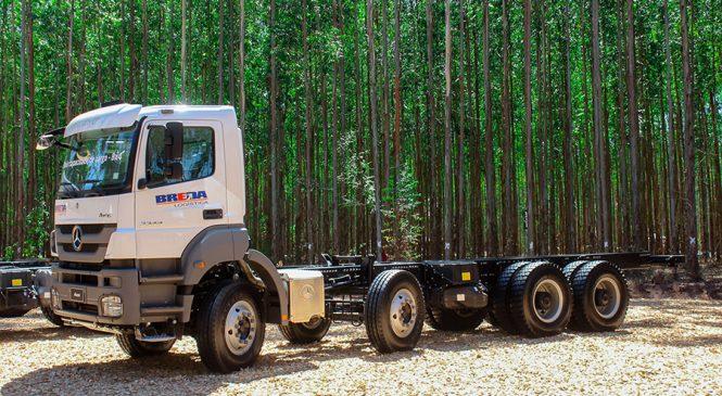 Mercedes-Benz lança nova versão do caminhão Axor 8×4 para transporte de madeira