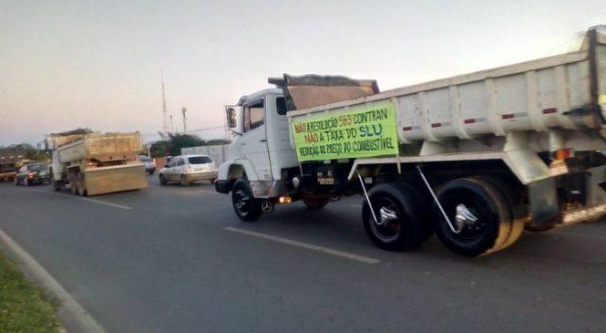 Caminhoneiros protestam em Brasília contra aumento no preço de combustível