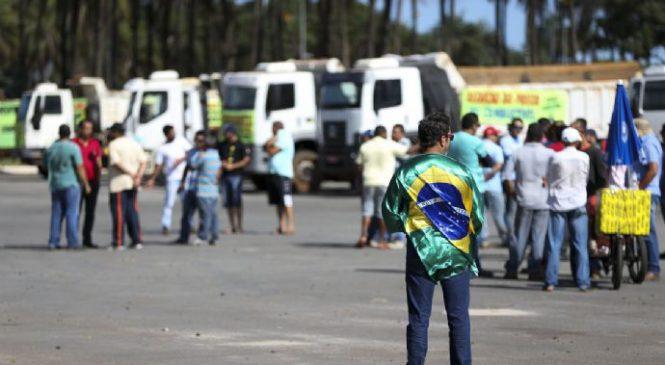 Intervenção só se for educacional, diz caminhoneiro grevista de São Paulo.