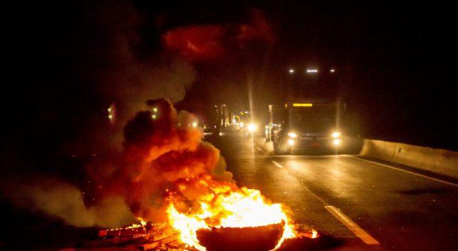 Caminhoneiros fecham a Via Dutra em manifestação, em Barra Mansa
