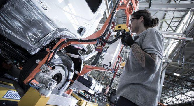 Produção de caminhões avança 54% em abril