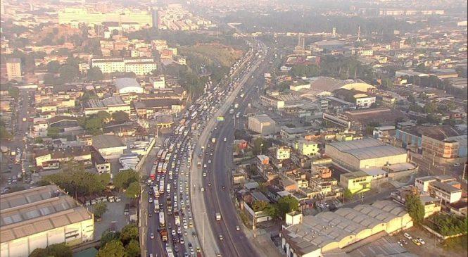 Greve dos caminhoneiros afeta abastecimento de combustíveis, preço de alimentos e trânsito no RJ