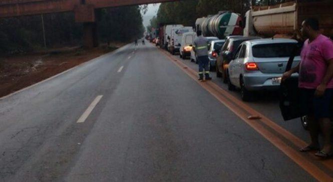 Manifestação de caminhoneiros trava o trânsito na BR-040 em Congonhas