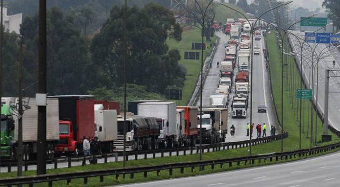 Caminhoneiros prometem parar por causa de aumentos no diesel