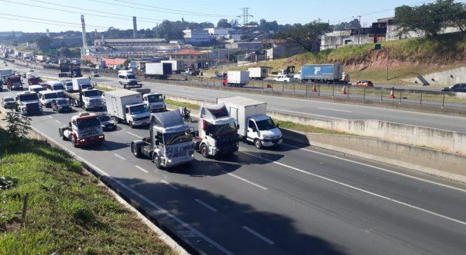 Caminhoneiros protestam contra o aumento do diesel em São Paulo