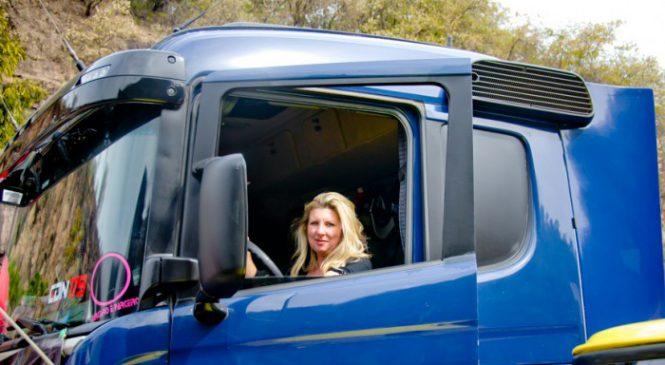 Itupevense mostra que mulher também pilota caminhão