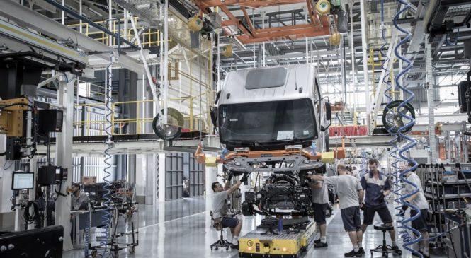 Produção de caminhões avança 24% em julho