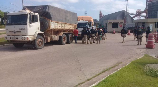 PRF faz treinamento de fiscalização de excesso de cargas na BR-163 em Santarém