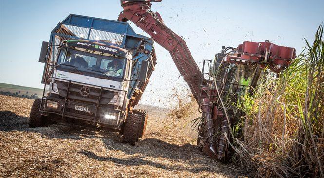 Mercedes-Benz e Grunner lançam caminhão com direção autônoma que opera 24 horas nas usinas do Brasil