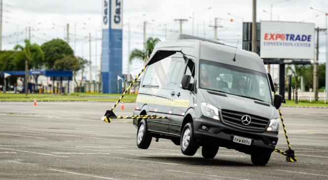 Mercedes-Benz demonstra controle de estabilidade da Sprinter para 180 clientes de Curitiba.