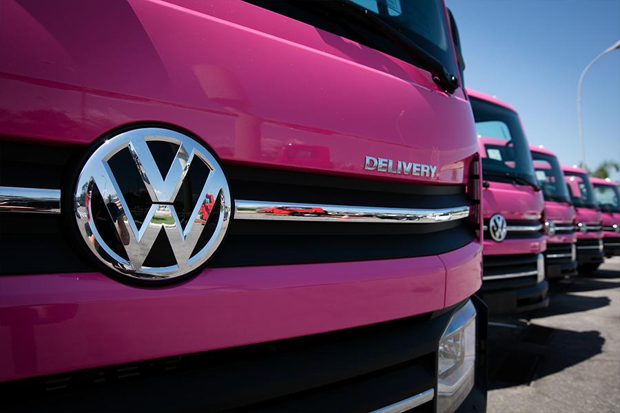 Novo VW Delivery sai de fábrica sob medida com inédita pintura cor-de-rosa