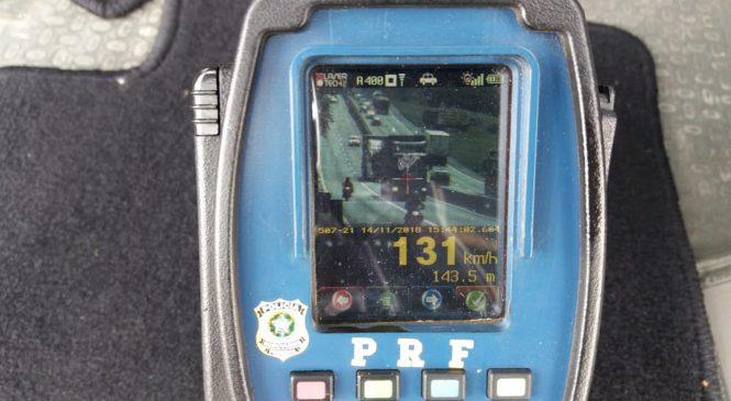 PRF flagra carreta a 131 km/h na Via Dutra